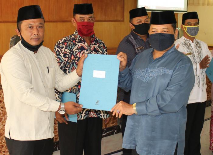 Kepala Kemenag Batang Hari Berikan Penghargaan Kepada Madrasah Dalam Penyusunan Laporan Keuangan